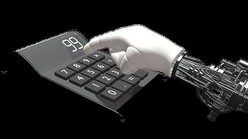 Roboterhand und Taschenrechner